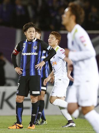 試合終了間際、広島に勝ち越され厳しい表情のG大阪・遠藤(左)=万博