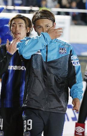 2日の決勝第1戦で広島に逆転負けし、厳しい表情で引き揚げるG大阪・宇佐美(手前)=万博