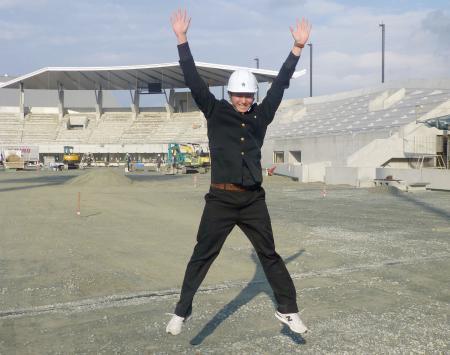 建設中のファーム本拠地を背にジャンプするソフトバンクのドラフト1位の高橋純平投手=3日、福岡県筑後市