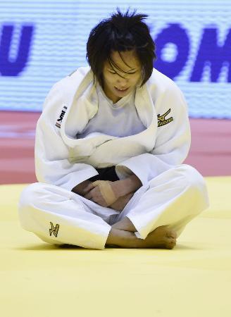 女子57キロ級の2回戦で敗れ、ぼうぜんと座り込む松本薫=東京体育館