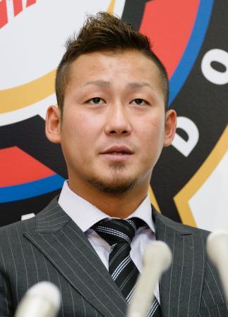 契約更改を終え、記者会見する日本ハムの中田翔内野手=4日午後、札幌市内の球団事務所