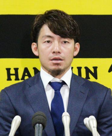 契約更改を終え、記者会見する阪神の鳥谷=4日、兵庫県西宮市の球団事務所