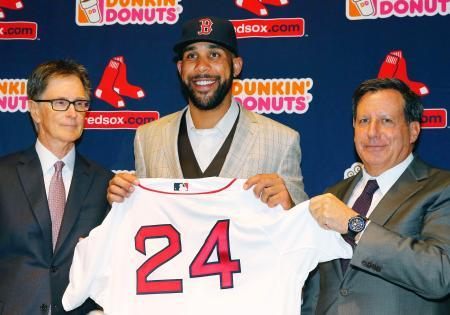 レッドソックスの入団記者会見で、背番号「24」のユニホームを手にするデービッド・プライス投手=4日、ボストン(AP=共同)