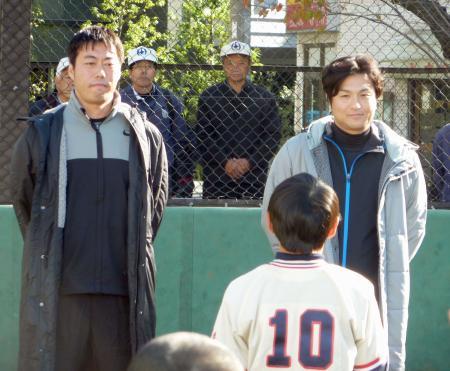 少年野球の観戦に訪れた巨人・高橋新監督(右)とレッドソックス・上原=5日、東京都内