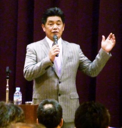 東京都高野連の指導者研修会で講演するソフトバンクの工藤監督=5日午後、東京都新宿区