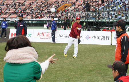 「ベースボール・クリスマス」でファンとキャッチボールする楽天の銀次内野手(中央)=6日、倉敷マスカットスタジアム