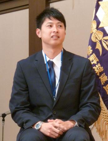 阪神大学野球連盟創立60周年の記念式典・祝賀会に出席した村田透投手=6日、大阪市