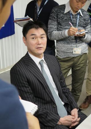 年俸の大幅減額にサインした後、報道陣の質問に答える中日・岩瀬=7日、名古屋市