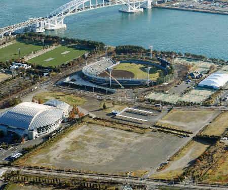 プロ野球オリックスが練習施設などを新設すると発表した土地(手前)。奥は舞洲スタジアム=7日午後、大阪市此花区(共同通信社ヘリから)