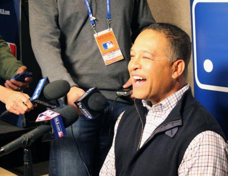 契約合意が判明した岩隈久志投手について語るドジャースのデーブ・ロバーツ新監督=7日、ナッシュビル(共同)