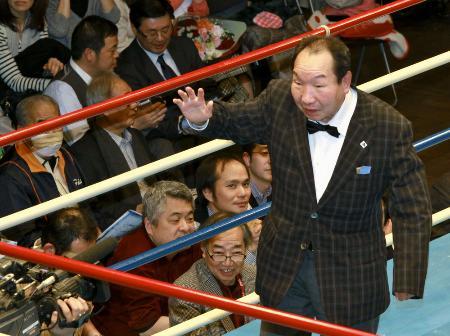 リングに上がり観客の声援に応える袴田巌さん=3月5日、東京都文京区の後楽園ホール