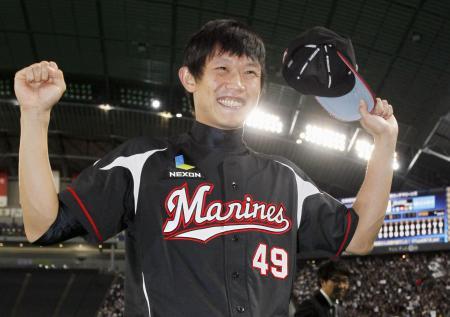5勝目を挙げ、笑顔を見せるロッテのチェン=札幌ドーム(2015年9月30日、共同)