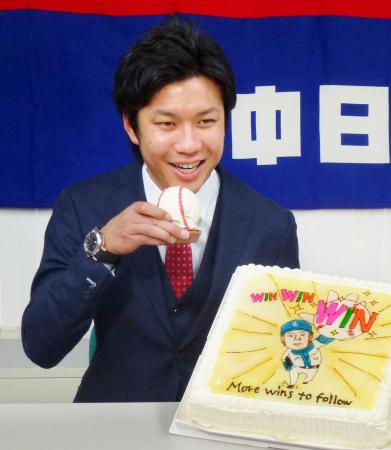 契約更改を終え、報道陣からのプレゼントに笑顔の中日・大野雄大投手=8日、名古屋市
