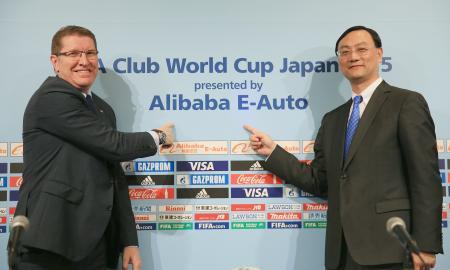 クラブW杯の冠スポンサー発表会見で、ポーズをとるFIFAのバイル・マーケティング部長(左)とアリババ・スポーツグループの張大鍾CEO=9日、東京都内のホテル(ゲッティ=共同)