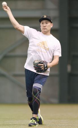 古巣楽天の室内練習場で自主トレーニングを公開し、キャッチボールするヤンキースの田中将大投手=コボスタ宮城