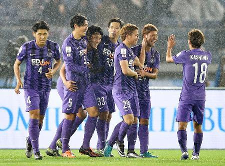 広島―オークランド 前半、先制ゴールを決めた皆川(左から3人目)を祝福する広島イレブン=日産スタジアム