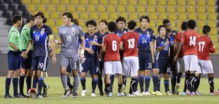 イエメンと引き分け、健闘をたたえ合う日本イレブン=ドーハ(共同)
