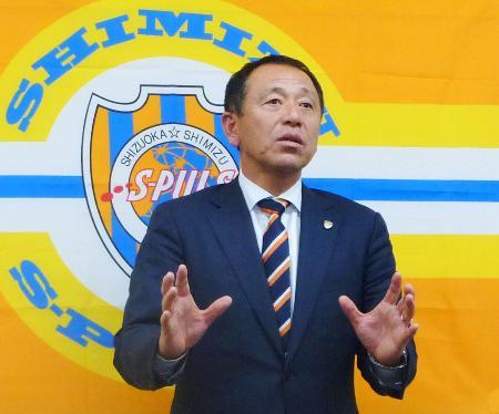 クラブハウスを訪れ、取材に応じる清水の小林伸二新監督=11日、静岡市
