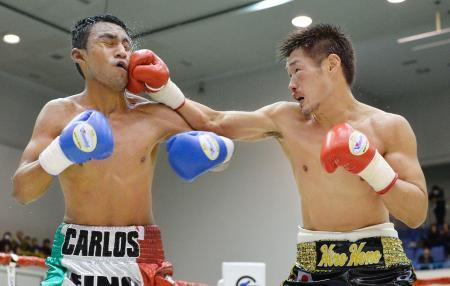 8回、カルロス・ルイス(左)に右を浴びせる長谷川穂積=神戸市立中央体育館