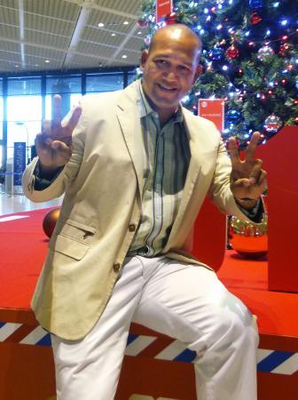 米国へ出発する前に、報道陣にポーズをとるDeNAのラミレス監督=12日、成田空港
