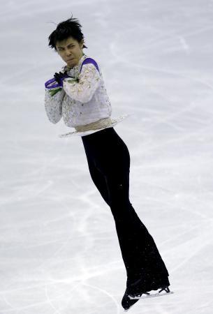 フィギュアスケートGPファイナル最終日、男子初の3連覇を果たした羽生結弦(ロイター=共同)