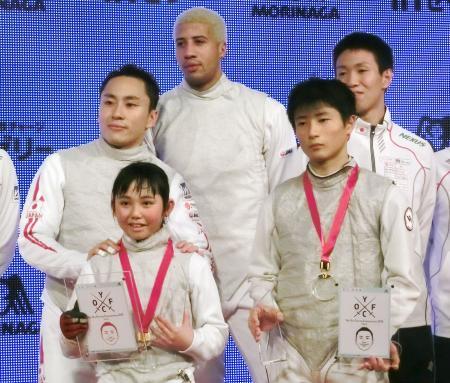 小学生選手と記念撮影する太田雄貴(奥左)。中央はマイルス・チェムリーワトソン=13日、東京都内のホテル