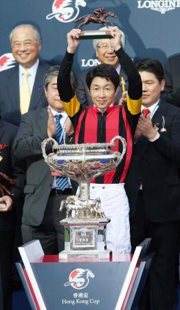エイシンヒカリで香港カップを制した武豊騎手=シャティン競馬場(共同)