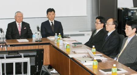 日本野球機構の熊崎勝彦コミッショナー(左端)らが出席して開かれた実行委員会=14日午後、東京都港区