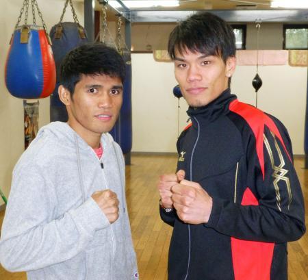 WBOバンタム級指名挑戦者決定戦の前日計量を終え、マーロン・タパレス(左)とポーズをとる大森将平=京都市