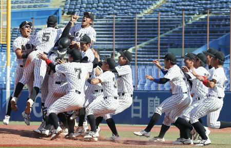 東都大学野球秋季リーグで優勝し、マウンドで喜ぶ亜大ナイン=神宮