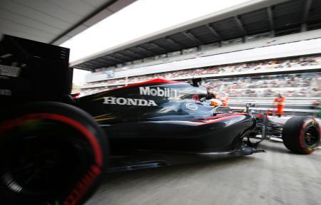 ロシアGP予選でピットから出るマクラーレン・ホンダのマシン(Honda)