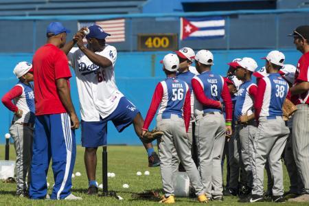 子どもたちに野球の指導を行うドジャースのプイグ外野手(左から3人目)=16日、ハバナ(ロイター=共同)
