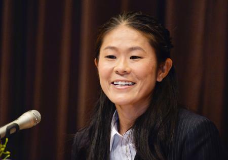 引退の記者会見で質問に答える澤穂希=17日午後、東京・永田町
