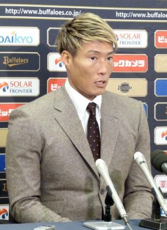 契約更改を終え、記者会見するオリックスの糸井=17日、ほっともっとフィールド神戸