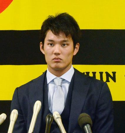 契約更改を終え、記者会見する阪神の藤浪=19日、兵庫県西宮市の球団事務所