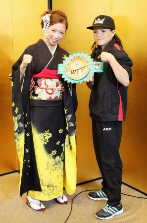 調印式でポーズをとるWBC女子ミニフライ級チャンピオンの黒木優子(左)と挑戦者のナンシー・フランコ=19日、福岡市