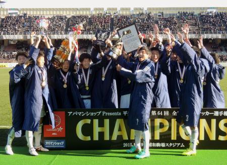 全日本大学選手権で初優勝し、喜ぶ関学大の選手たち=浦和駒場スタジアム