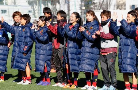 皇后杯準々決勝でAS埼玉に勝利し、サポーターの声援に応える澤穂希選手(右から4人目)らINAC神戸イレブン=19日、東京・味の素フィールド西が丘