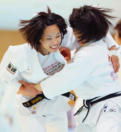 強化合宿で練習する松本薫(左)=味の素ナショナルトレーニングセンター