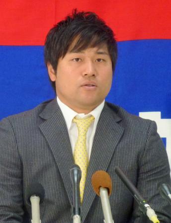 契約更改を終え記者会見する中日・平田=20日、ナゴヤ球場