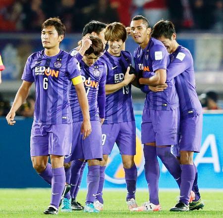 サッカーのクラブW杯3位決定戦で、広州恒大に逆転勝ちし喜ぶドウグラス(右から2人目)ら広島イレブン=20日、横浜市の日産スタジアム