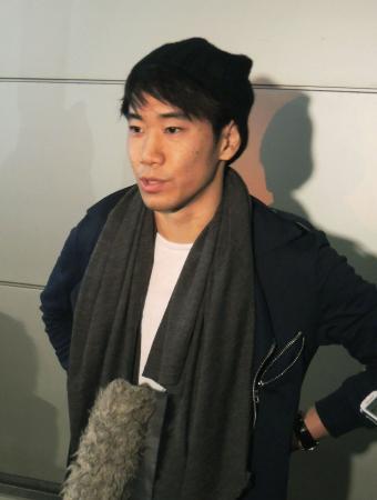 冬季中断で一時帰国し、記者の質問に答えるドルトムントの香川真司=21日午前、羽田空港