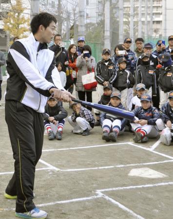 野球教室で小学生らに打撃を教える西武・秋山=20日、神奈川県横須賀市