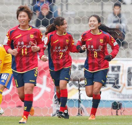 仙台―INAC神戸 後半、ゴールを決めた中島(中央)を祝福するINAC神戸・澤=等々力