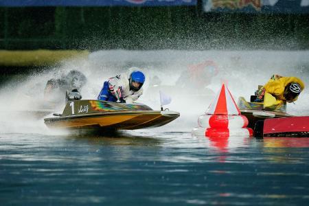 グランプリ優勝戦の1周目2マークを先頭で回る山崎智也(1)=ボートレース住之江