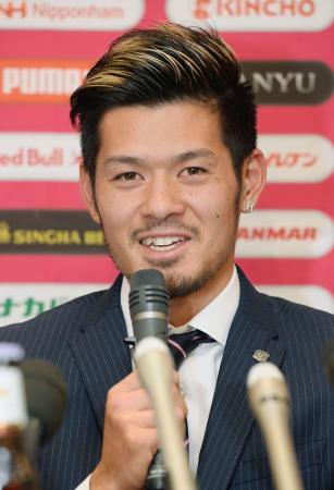 ドイツ1部リーグのハノーバーに移籍することが決まり、記者会見するC大阪の山口蛍=23日、大阪市