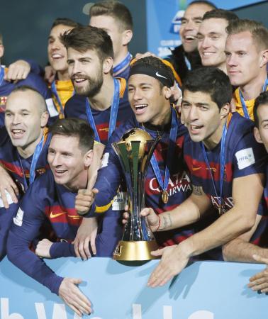クラブW杯で3度目の優勝を果たし、トロフィーを掲げ写真に納まる(前列右から)スアレス、ネイマール、メッシらバルセロナイレブン=20日、横浜市の日産スタジアム
