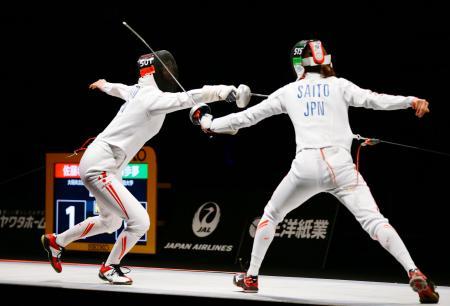 女子エペ決勝 優勝した佐藤希望(左)=駒沢体育館