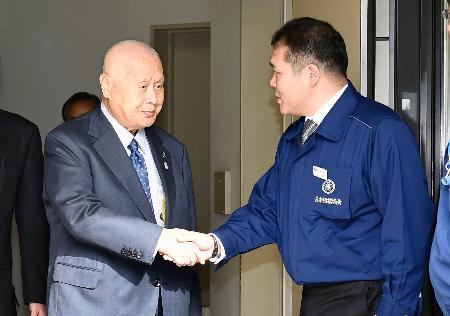 日本相撲協会との会談を終え、玉ノ井親方(右)と握手する東京五輪組織委の森喜朗会長=25日午前、両国国技館