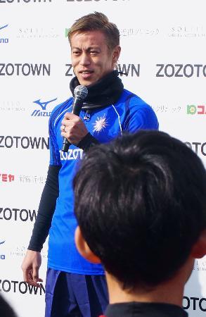 サッカー教室で子どもたちにあいさつする本田圭佑=25日、千葉市内